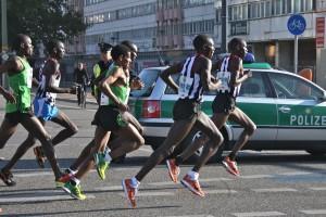 Schnelle Gazellen im Gleichschritt: Haile Gebrselassie (im grünen Laufhemd, Bildmitte) mit seinen Tempomachern bei Kilometer zehn beim Berlin-Marathon 2011. (Foto: Jörg Levermann)