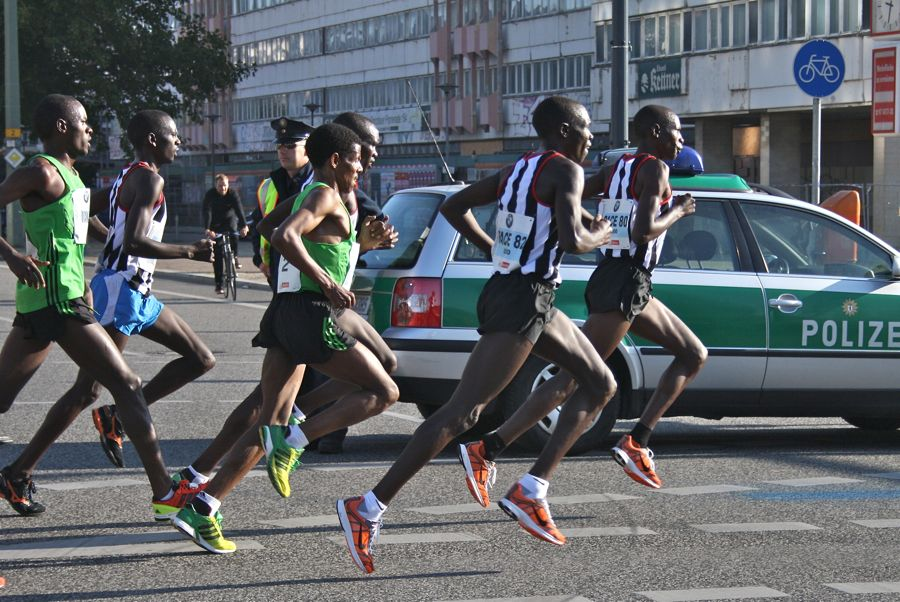 Schnelle Gazellen: Haile Gbreselassi (im grünen Laufhemd, Bildmitte) mit seinen Schrittmachern bei Kilometer zehn beim Berlin-Marathon 2011. (Foto: Jörg Levermann)