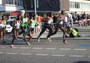 Haile Gebrselassie dicht gefolgt von Patrick Makau bei Kilometer 10 beim Berlin-Marathon 2011. Makau setzte mit 2:03:38 eine neue Marke für den Weltrekord. Gebrselassi gab bei Kilometer 27 auf. (Foto: Jörg Levermann)