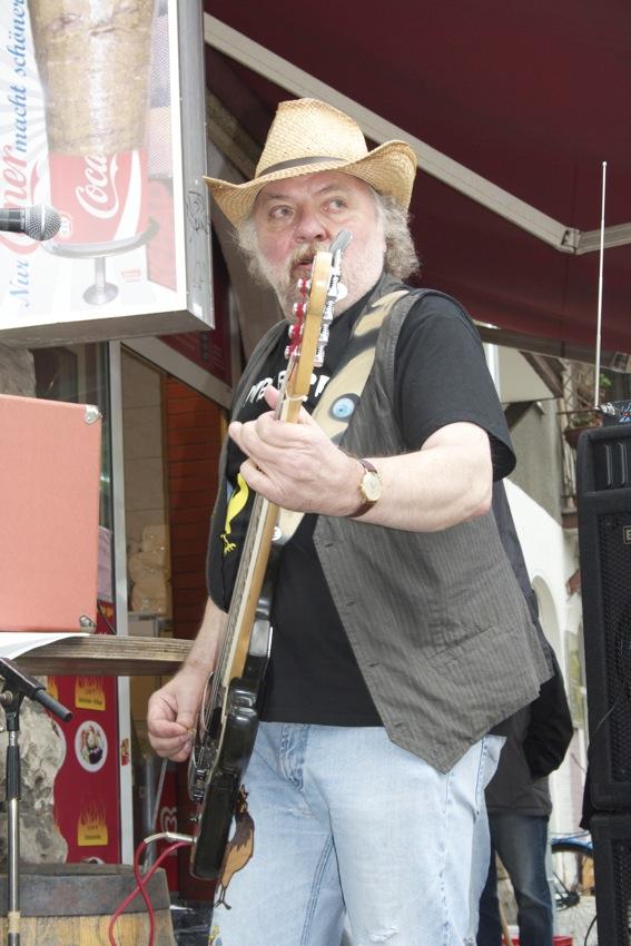 Dieter Hahne am Bass. (Foto: Jörg Levermann)