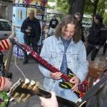 Gastmusiker an der Luftgitarre. (Foto: Jörg Levermann)