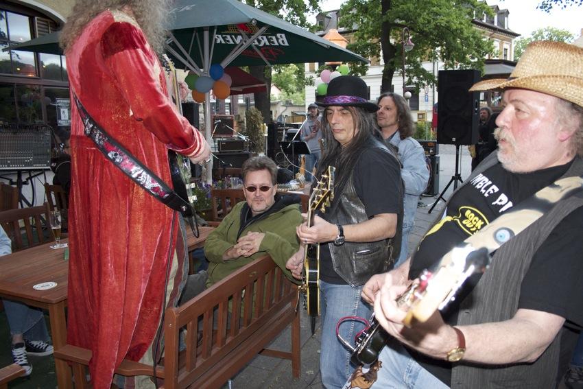 Schnurloser Gitarrenspaß dank Funkübertragung. (Foto: Jörg Levermann)
