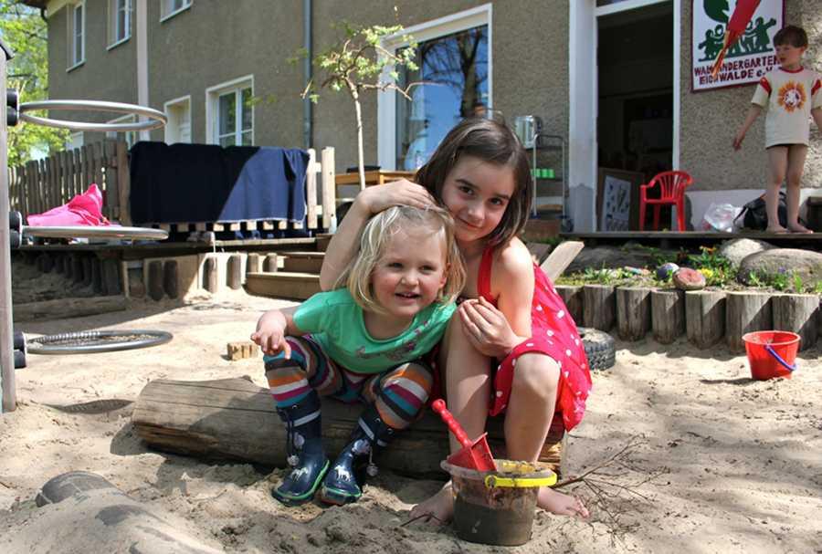 Große Pläne: Die Waldkinder Pauline (l.) und Charlotte haben vermutlich ab Herbst noch mehr Platz zum Spielen. (Foto: Mathias Hausding)