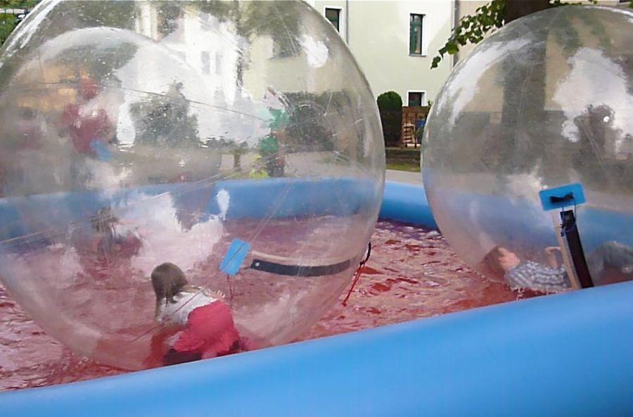 Aquazorbing, das ist planschen ohne nass zu werden in aufblasbaren Wasserbällen. (Foto: Jörg Levermann)