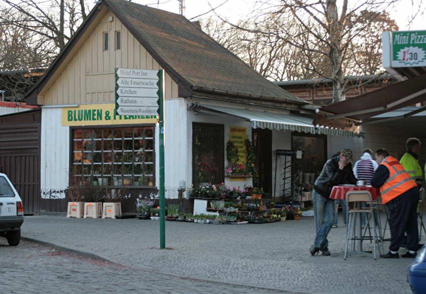 Ein Bild, das 2013 oder 2014 der Vergangenheit angehört, der Bahnhofsvorplatz: Das alte Fahrkahrtenhäuschen, die Pizzeria und der Asia-Imbiss müssen Platz machen für die neue Rampe am S-Bahnhof Eichwalde. (Foto: Jörg Levermann)
