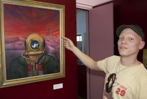 Daniel Döring aus Schmöckwitz malt mit Acryl und mit der Spritzpistole bisweilen surrealistisch anmutende Bilder. (Foto: Jörg Levermann)