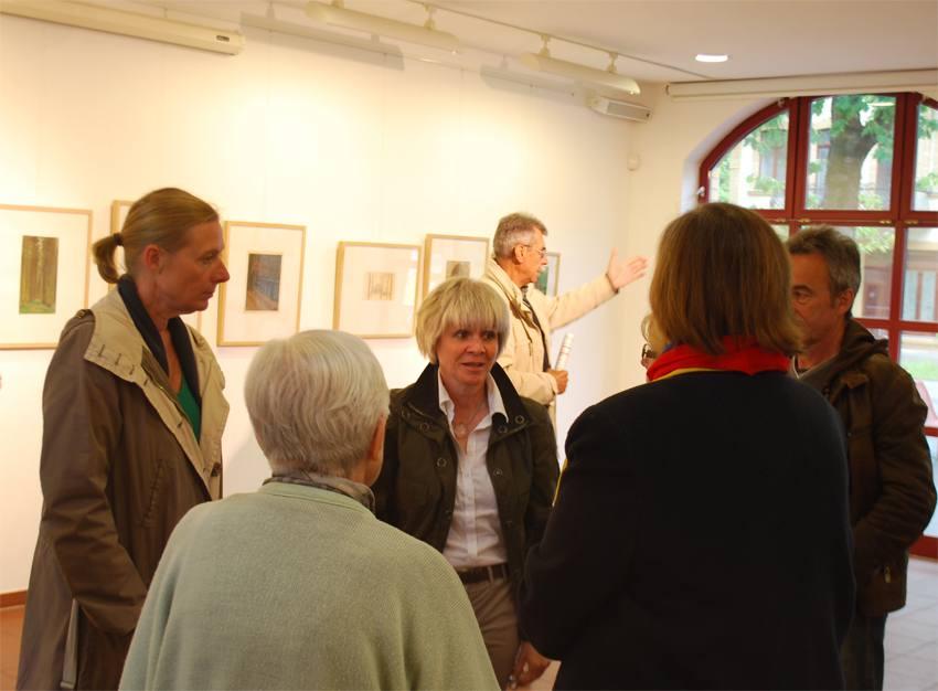 Dr. Eva-Maria Barkhofen im Gespräch mit Besuchern der Taut-Ausstellung in der Alten Feuerwache Eichwalde. (Foto: Burkhard Fritz)