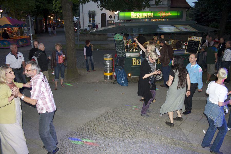 Der Gehweg an der Bahnhofstraße, Ecke Humboldtstraße wurde zur Disco. (Foto: Jörg Levermann)