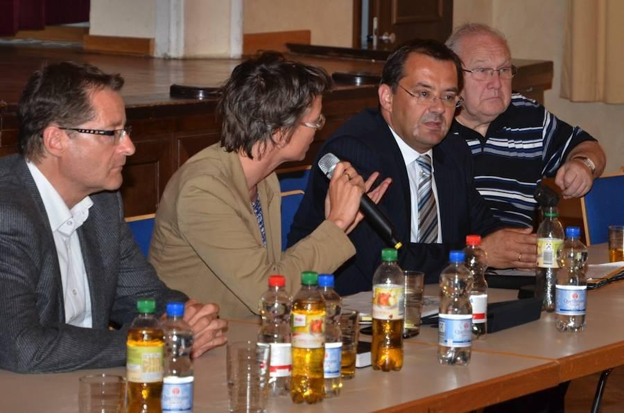 Infrastrukturminister Jörg Vogelsänger (2. v. r) diskutierte mit Staatssekretärin Tina Fischer Kommunalpolitikern und Bürgern im Volkshaus Wildau. (Foto: Dieter Okroy)