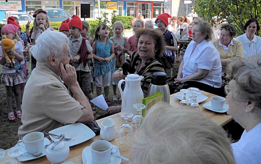 Mit einem ausgefallenen Programm unterhielten die Schülerinnen und Schüler der Grundschule Villa Elisabeth Senioren am Familientreff in Wildau. (Foto: Christian Dederke)