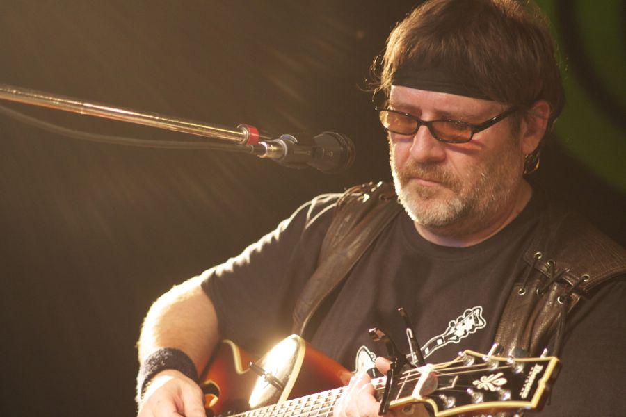 Gitarrist Wolfgang Haase (Wolle) an der Dobro-Gitarre. (Foto: Jörg Levermann)