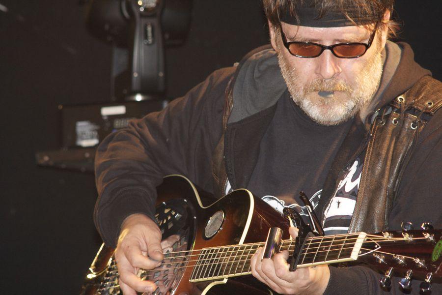 Wolfgang (Wolle) Haase an der Dobro-Gitarre. (Foto: Jörg Levermann)