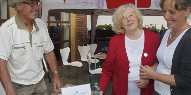 Bärbel Schmidt (Mitte) vom Seniorenbeirat Eichwalde und Sigrid Henße, Sprecherin der Arbeitsgemeinschaft Wohnen im Alter, im Gespräch mit Wilfried Helm, Diabetiker Selbsthilfegruppe Eichwalde. (Foto: Jörg Levermann)