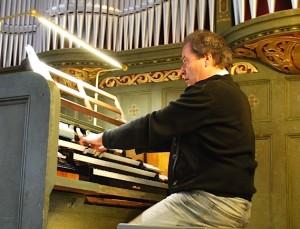 Johannes Götz spielte bereits im Jahr 2010 die Parabrahm-Orgel in der evangelischen Kirche am Händelplatz. (Foto: Burkhard Fritz)