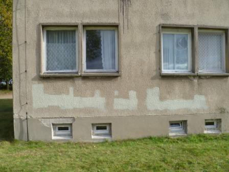 Die Fassade der Asylunterkunft in Waßmannsdorf wurde vermutlich von Rechtsradikalen besprüht. (Foto: LDS)