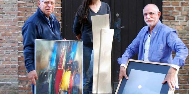 Der Maler und Grafiker Günter Böhme (Links) aus Schulzendorf, Kerstin Vicent und Burkhard Fritz, beide Eichwalde, zeigen ihre Werke in der Schulzendorfer Patronatskirche. (Foto: Marlies Krägel)