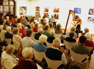 Eichwalder lieben Harfenklänge. Das lässt sich zumindest aus der großen Zahl der Konzertbesucher in der Alten Feuerwache am vergangenen Samstag schließen. (Foto: Burkhard Fritz)