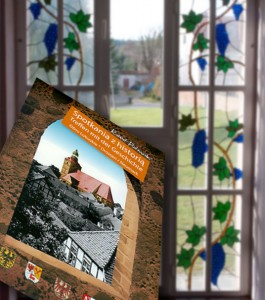 """Das Fenster im Rathaus mit seinen Jugendstilornamenten und den alten Fenstern gehört sicher zu den Sehenswürdigkeiten von Ośno Lubuskie. Mehr über die Historie der Partnerstadt ist in der Brüschüre """"Treffen mit der Geschichte"""" zu finden. (Foto: Jörg Levermann)"""