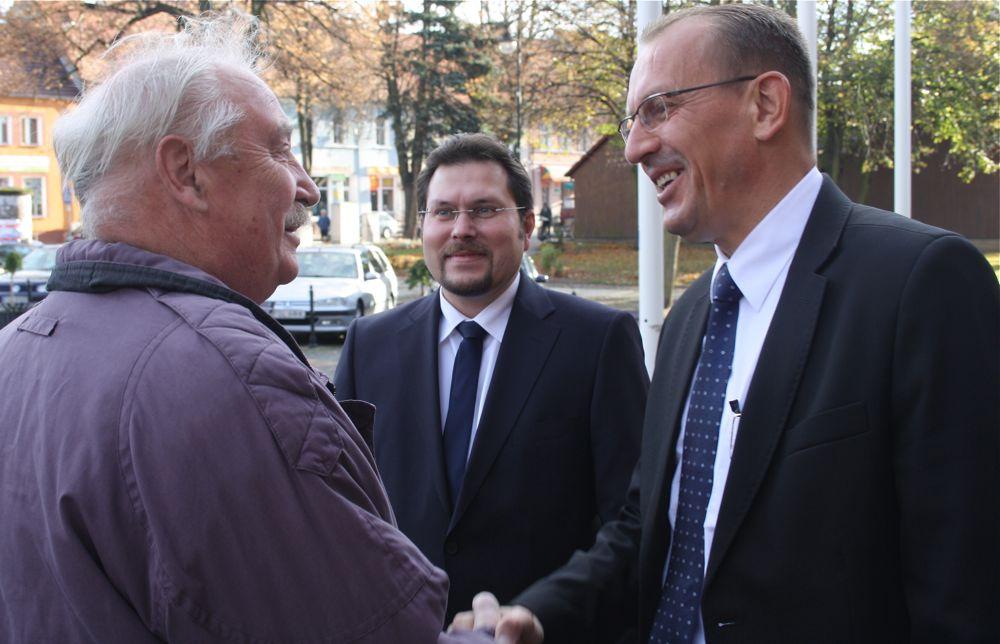 Bürgermeister Stanislaw Koslowski (rechts) begrüßte am Sonnabend den Vorsitzenden der Eichwalder Gemeindevertretung Dieter Grabow (links) und den Stellvertretenden Bürgermeister Michael Launicke. (Foto: Jörg Levermann)