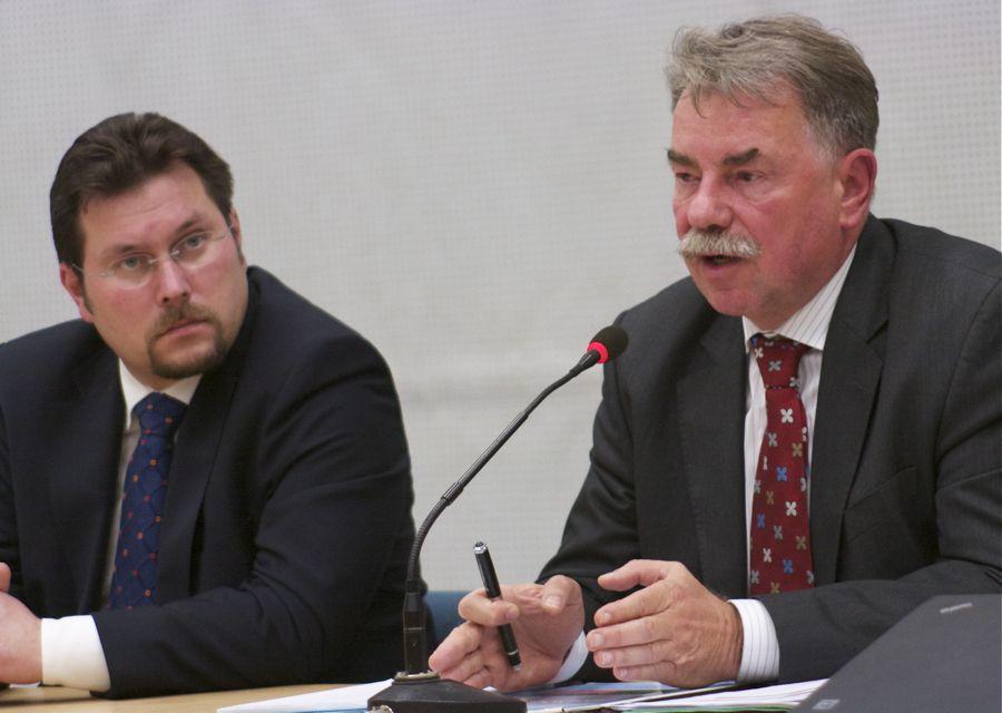 Peter Lehmann (rechts) erklärte in der Schulzendorfer Mehrzweckhalle, was Betroffene in der Tagschutzzone in Sachen Schallschutz erwarten können. (Foto: Jörg Levermann)
