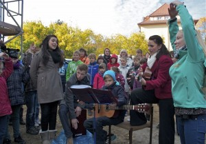 Schülerinnen und Schüler der Grundschule und des Gymnasiums gestalteten das musikalische Rahmenprogramm zum Richtfest der neuen Domizils der Grundschule Villa Elisabeth. (Foto: Jörg Levermann)