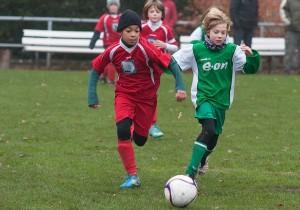 Ein spannendes Match boten die Spieler der E-Jugend des SV Schmöckwitz und des SV Treptow 46. (Foto: Henri Schulmeister)