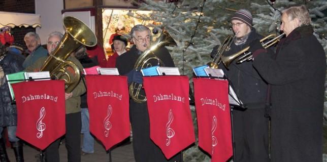 Bläser des Dahmeland-Orchsters stimmten musikalisch auf den ersten Advent ein. (Foto: Jörg Levermann)