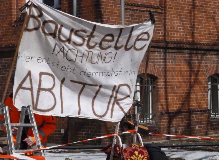 Baustelle Abitur: Mit einer Baustellenabsperrung auf dem Gehweg machten Schüler des Abiturjahrgangs auf ihre Geplante Abi-Feier aufmerksam. (Foto: Jörg Levermann)