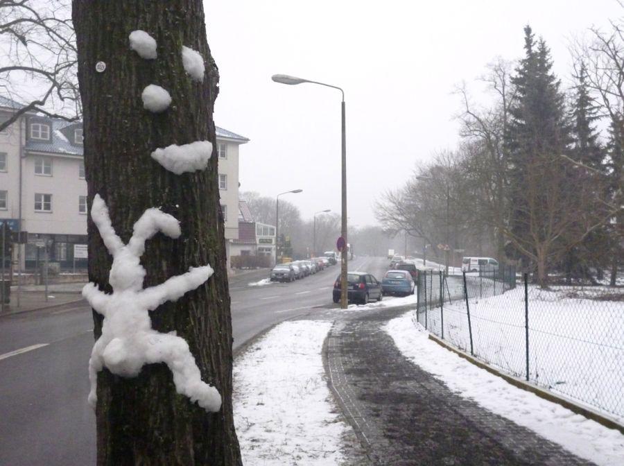 Keine Ostern in Schmöckwitz: Unbekannte machten sich einen Spaß und formten den Osterhasen aus Schnee, der offensichtlich an einem Baum verunglückte. (Foto: Jörg Levermann)