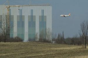 Landeanflug über Waltersdorf. Schallschutz spielt im Industriegebiet in Waltersdorf eher eine untergeordnete Rolle. (Foto: Jörg Levermann)