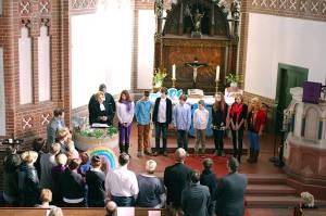 Acht Menschen, fast ausschließlich Jugendliche, ließen sich vergangenen Sonntag in der evangelischen Kirche taufen. (Foto: Buschek)