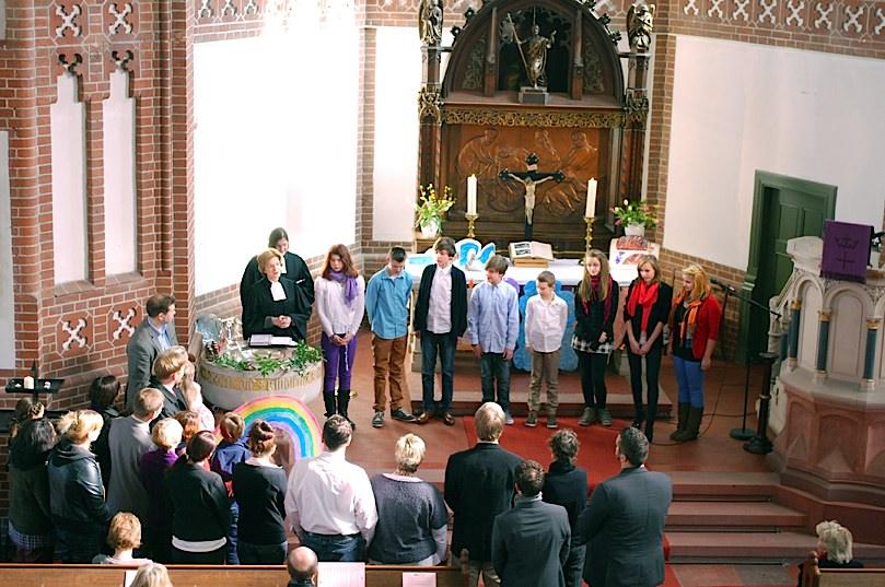 Acht Mensen, fast ausschließlich Jugendliche, ließen sich vergangenen Sonntag in der evangelischen Kirche taufen. (Foto: Buschek)