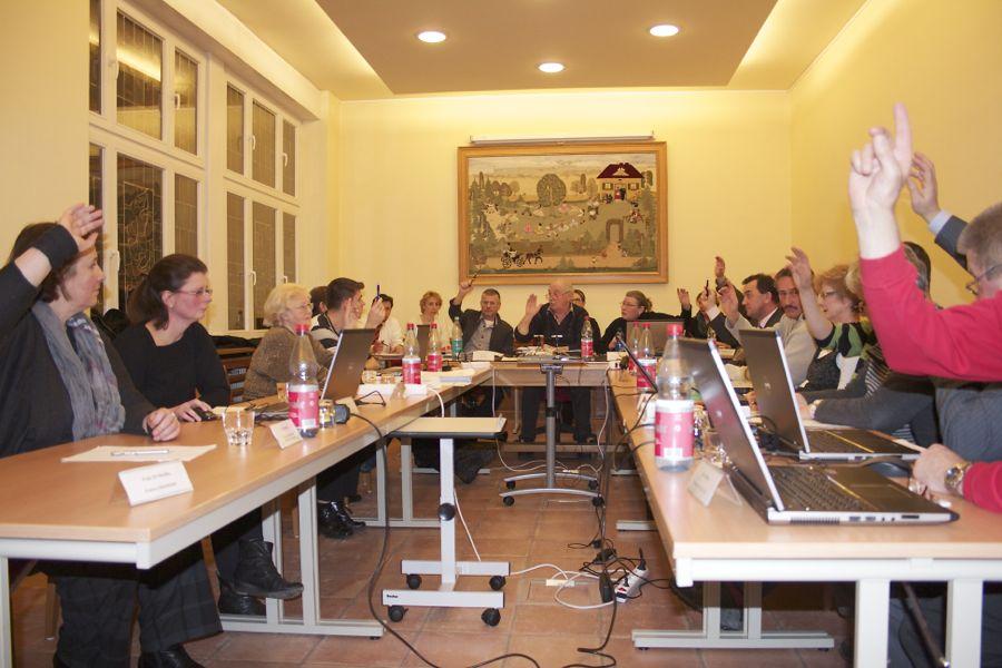 Zwölf Gemeindeparlametarier stimmten für die Haushaltssatzung 2013, zwei enthielten sich, zwei stimmten dagegen. (Foto: Jörg Levermann)