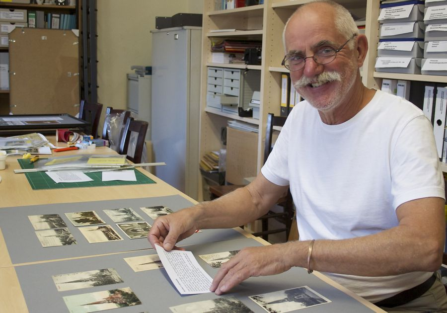 Burkhard Fritz stellte einen Teil seiner Postkartensammlung für die Ausstellung zur Verfügung. (Foto: Jörg Levermann)