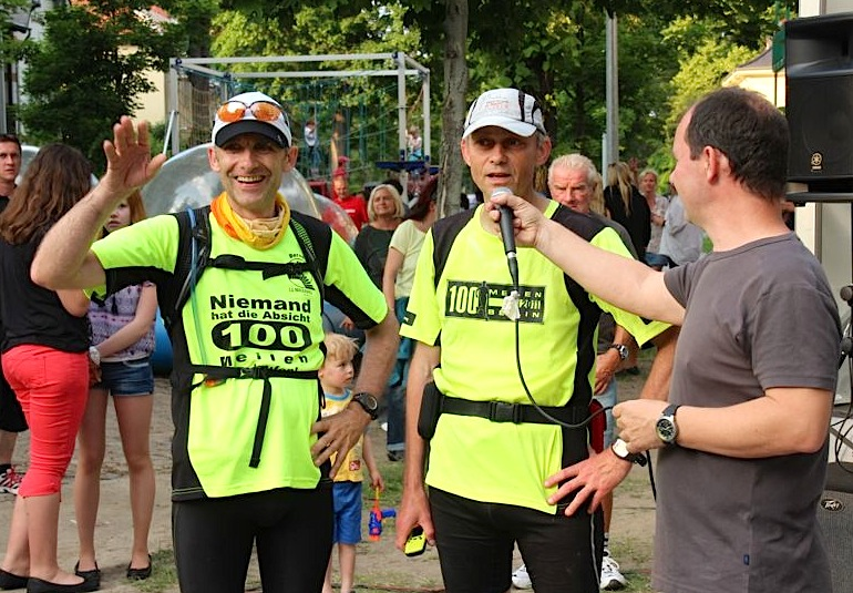 Erschöpft, aber glücklich erreichten Bernd Kutz und Jörg Levermann Eichwalde und wurden sogleich von Jörg Jenoch, Vorsitzender des Eichwalder Heimatvereins interviewt. (Foto: Oliver Hein)