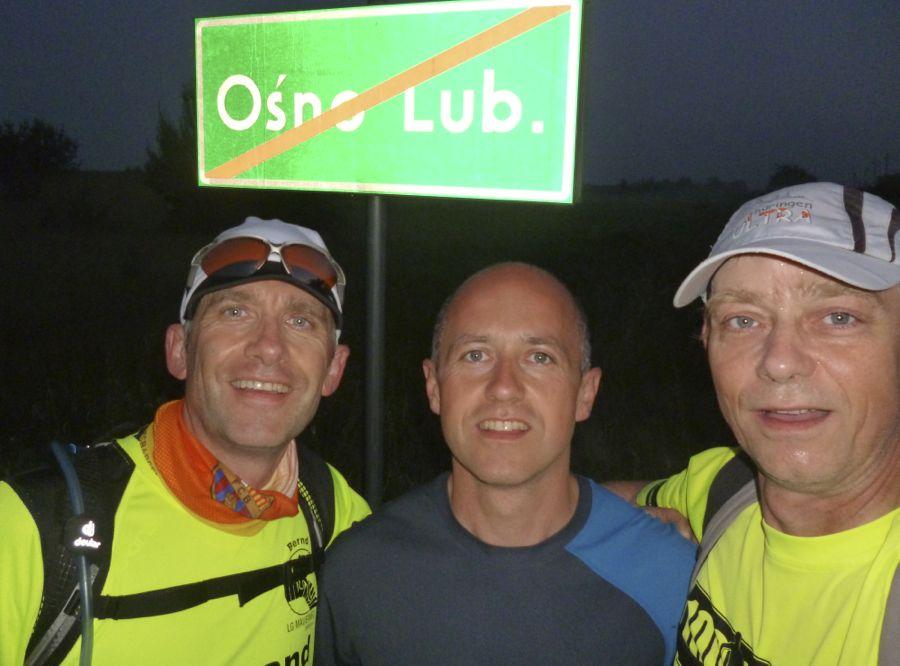 Um 4:07 Uhr erreichen die Langstreckenläufer die Ortsgrenze von Osno Lubuskie. (Foto: Jörg Levermann)