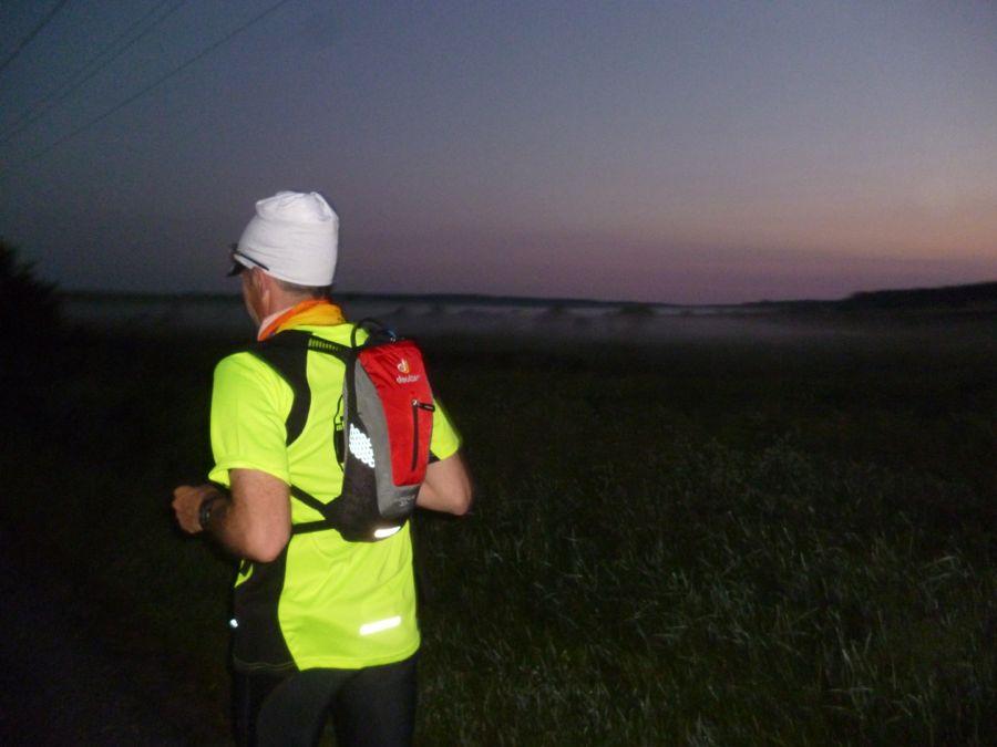 Bernd Kutz lief in der Morgendämmerung auf einer Landstraße von Osno Lubuskie nach Sienno. (Foto: Jörg Levermann)