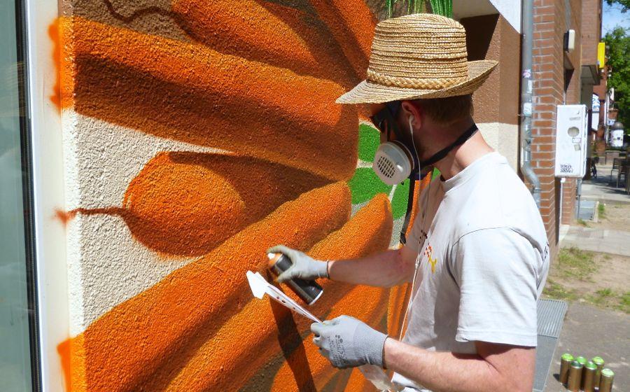 Graffiti-Künstler Daniel Siering sprüht Karrotten an die Hauswand. (Foto: Jörg Levermann)
