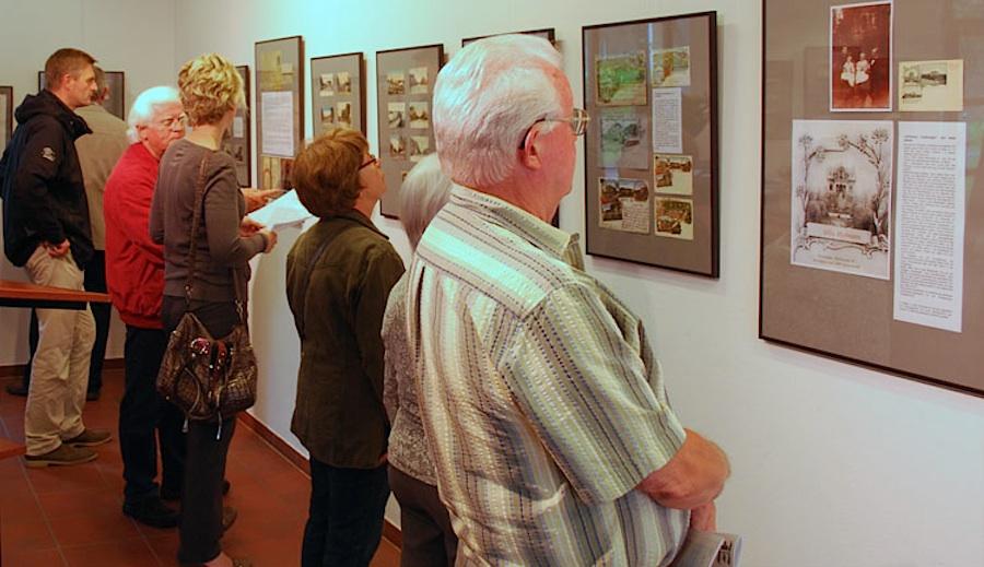 """Mit großen Interesse besuchten zahlreiche Menschen am Sonnabend die Eröffnung der Ausstellung """"Eichwalde auf historischen Ansichtskarten"""". (Foto: Burkhard Fritz)"""