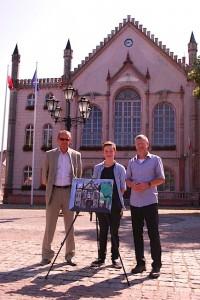 Benito Goetz mit seinem Bild zwischen Bürgermeister Kozłowski (links) und Bürgermeister Speer vor dem Rathaus. (Foto: buschek)