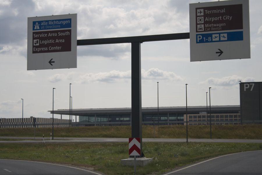 Noch reisen keine Fluggäste mit dem PKW zum neuen Hauptstadtflughafen BER an. Marcel Hoffmann fordert von Politikern und Flughafen-Geschäftsführer Mehdorn, die Zeit zu nutzen um das Betriebsregime weiter zu optimieren, damit Anwohner weniger Lärm ertragen müssen. (Foto: Jörg Levermann)