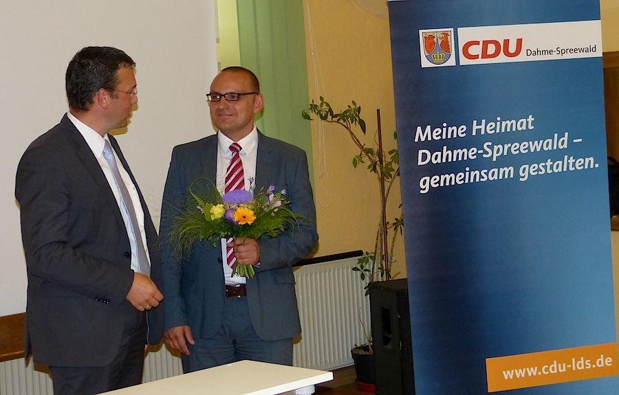 Der Kreisvorsitzende der CDU, Carsten Saß (links), gratulierte dem gewählten Direktkandidaten Björn Lakenmacher. (Foto: CDU Dahme-Spreewald)