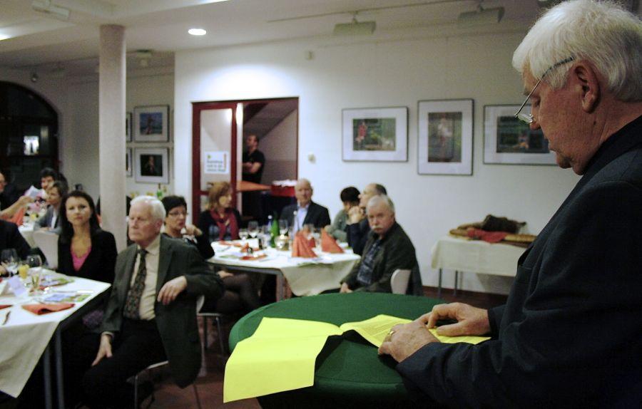 Werner Hahn, Vorstandsvorsitzender des Eichwalder Gewerbeverbandes, gab einen Überblick über die Geschichte des Vereins. (Foto: Jörg Levermann)