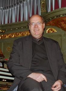 Dietmar Hiller bringt am 26. Oktober 2013 mit der Parabrahm-Orgel südamerikanisches Flair in die Evangelische Kirche. (Foto: Burkhard Fritz)