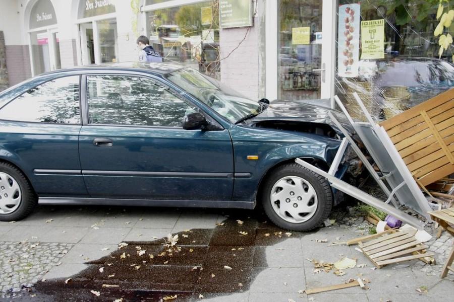 Eine ältere Autofahrerin verlor beim Rangieren die Kontrolle über ihr Auto und fuhr in das Schaufenster eines Ladens in der Bahnhofstraße. (Foto: Jörg Levermann)