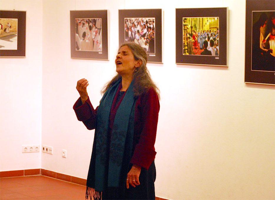 Fasziniert lauschten die Besucher der Ausstellungseröffnung am vergangenen Freitag dem Gesang von Jalda Rebling. (Foto: Burkhard Fritz)