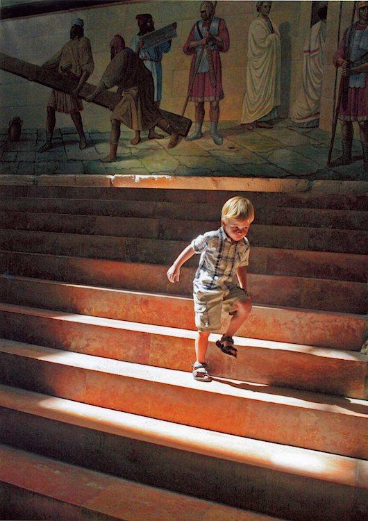 """Der Junge auf der Treppe ist eines der Exponate der Ausstellung """"Reise nach Jerusalem"""". (Foto: Frank Müller)"""