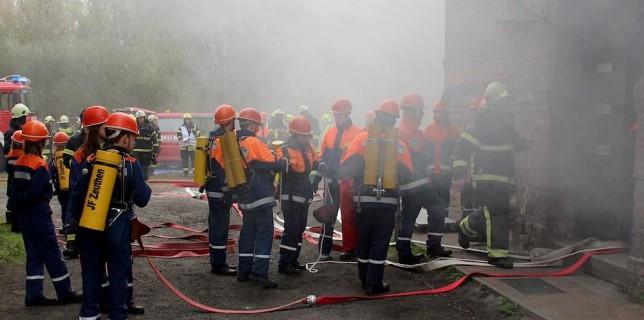 Der Feuerwehrnachwuchs probt den Einsatz unter Atemschutz. (Foto: Oliver Hein)