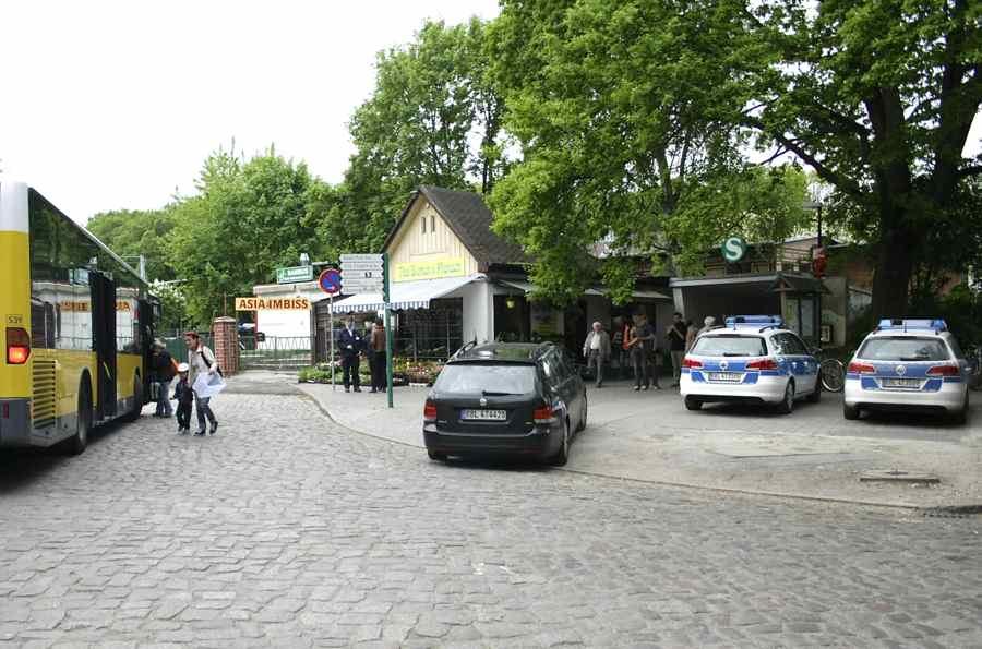 Ein zerstörter Fahrkartenautomat am S-Bahnhof in Eichwalde beschäftigt die Spurensicherung des Landeskriminalamtes. Ein Schienenversatzverkehr zwischen Eichwalde und Grünau ist eingerichtet. (Foto: Jörg Levermann)