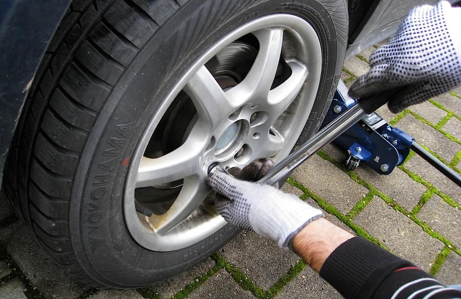Der Reifenwechsel ist mit etwas handwerklichem Geschick schnell erledigt. (Foto: Michaela Schöllhorn, pixelio.de)